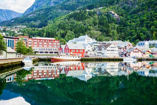 Odda est une ville de la municipalité d'odda, dans le comté de hordaland, dans le district de hardanger en norvège. situé près de la formation rocheuse de trolltunga.