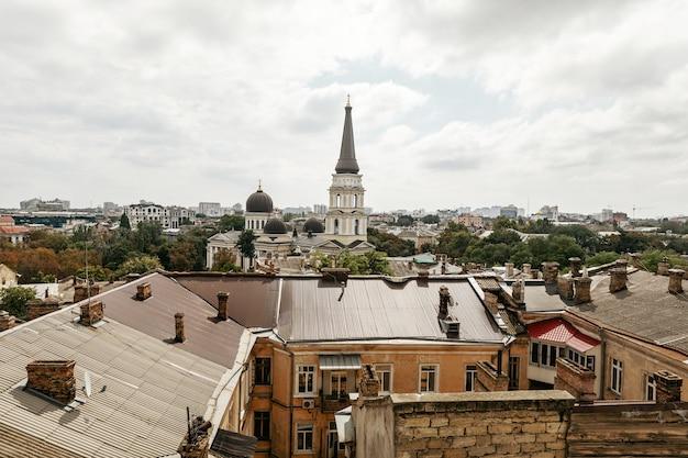 Odessa, ukraine - 09 septembre 2018 : vue aérienne des toits et des anciennes cours d'odessa. vue d'odessa depuis le toit. bâtiments de la vieille ville