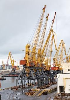 Odessa, ukraine - sep 10, 2018 : port commercial industriel maritime. zone industrielle du port maritime d'odessa. grues à conteneurs. terminal à conteneurs de fret du port industriel de fret maritime.