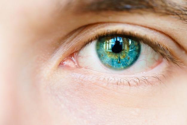 Oeil bleu d'un homme