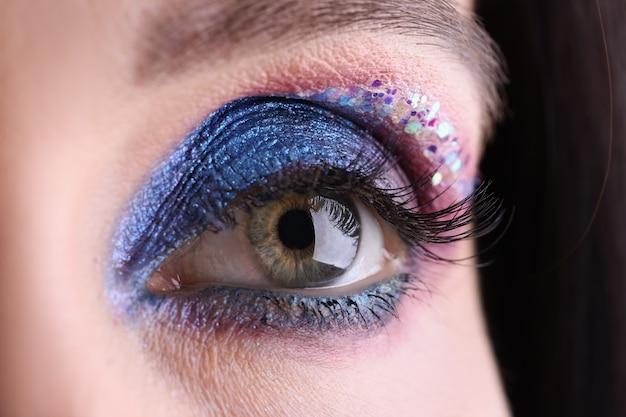 Oeil féminin avec maquillage de soirée lumineux concept de formation de maquillage correct