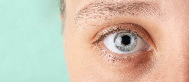 Oeil de femme avec bannière de diagnostic oculaire de l'espace de copie