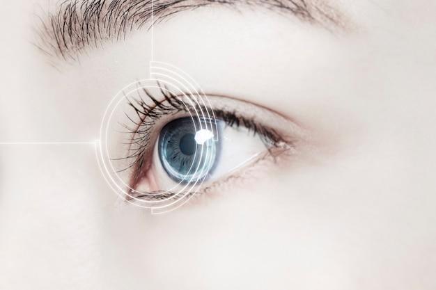 Oeil de femme avec lentille de contact intelligente