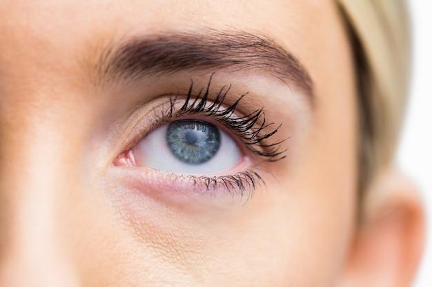 Œil de femme avec les yeux ouverts