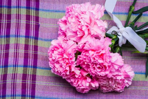 Oeillet rose floral sur ion violer fond de tissu