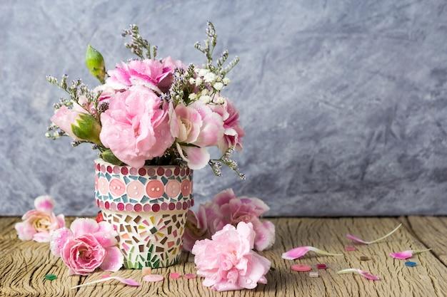 Oeillet rose en pot de fleur de mosaïque
