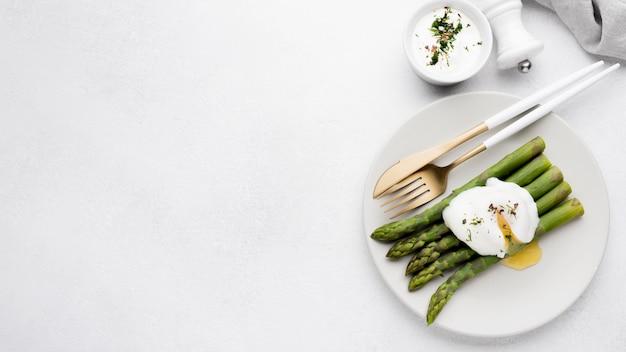 Oeuf au plat avec asperges