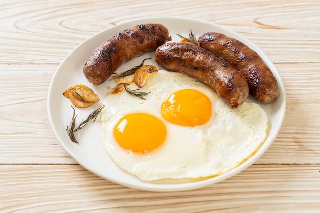 Oeuf au plat double fait maison avec saucisse de porc frit - pour le petit déjeuner
