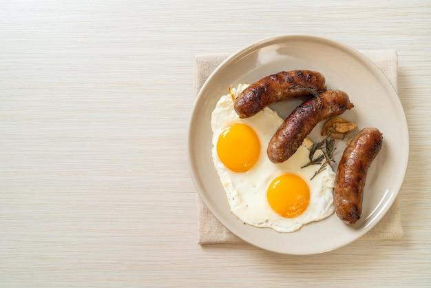 Oeuf au plat double maison avec saucisse de porc frit - pour le petit déjeuner