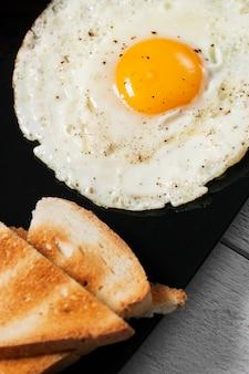 Oeuf au plat avec du pain grillé