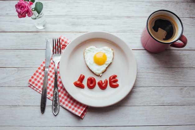 Oeuf au plat avec ketchup et brie au fromage. savoureux café du matin parfumé