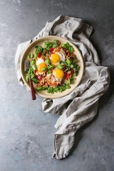 Oeuf au plat avec des légumes