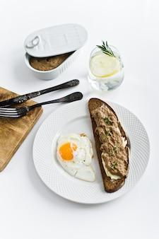 Œuf au plat, pâté de foie sur pain
