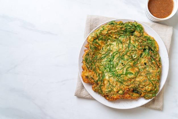 Œuf au plat avec pâtes de crevettes épicées