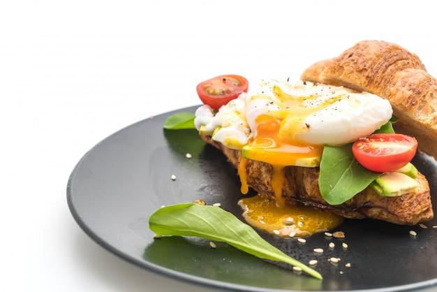 Œuf bénédict avec avocat, tomates et salade - style de cuisine saine ou végétalienne