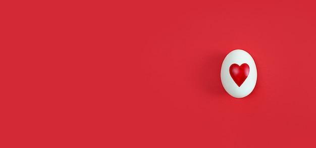 Oeuf blanc avec forme de coeur sur fond rouge avec espace de copie.