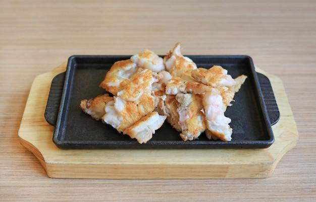 Œuf de calmar teppanyaki sur une plaque chauffante. cuisine japonaise traditionnelle.