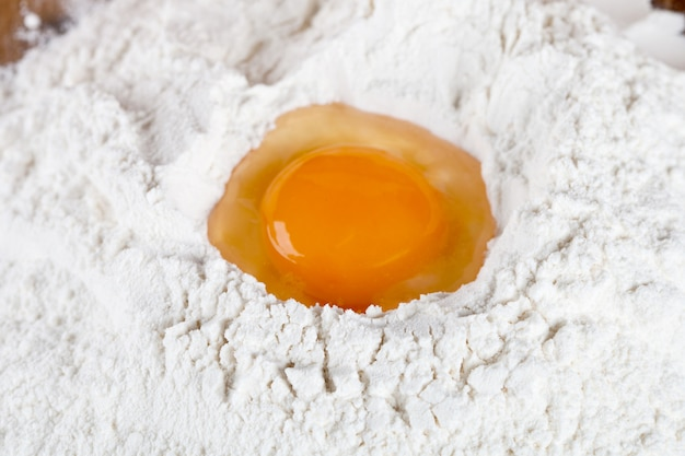 Oeuf cassé sur farine