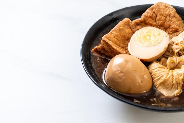 Œuf à la coque dans une sauce brune ou une sauce sucrée