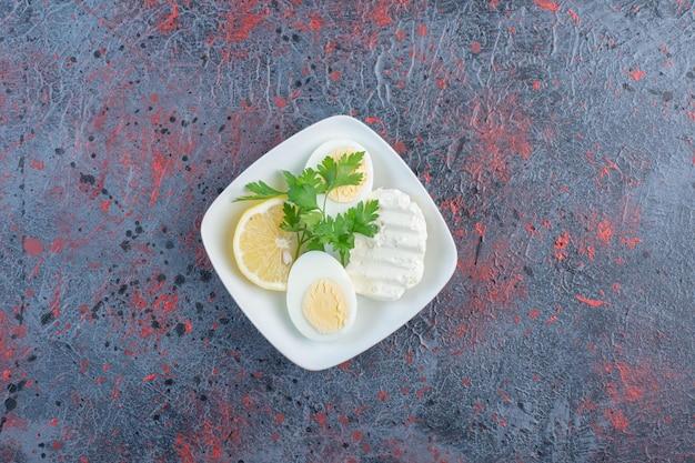 Oeuf à la coque avec du fromage blanc et des herbes.