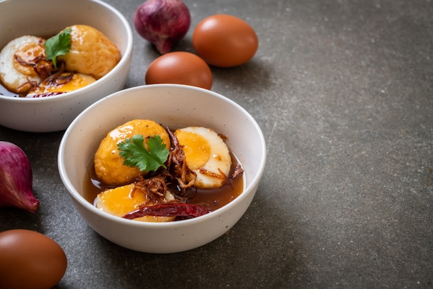 Œuf à la coque frit avec sauce au tamarin