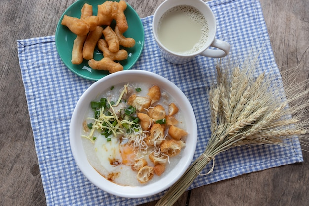 Œuf à la coque avec lait de soja et bâtonnet de double pâte frit chinois