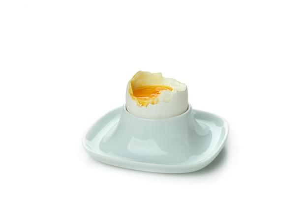 Oeuf à la coque savoureux isolé sur blanc