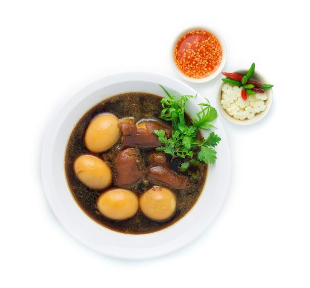 Oeuf cuit et cuisse de porc dans une soupe brune sucrée
