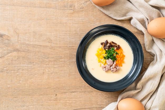 Oeuf cuit à la vapeur avec du porc haché et des légumes