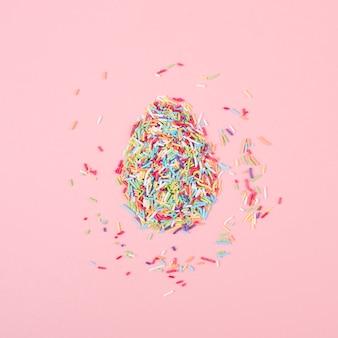 Oeuf fait de pépites colorées sur la table