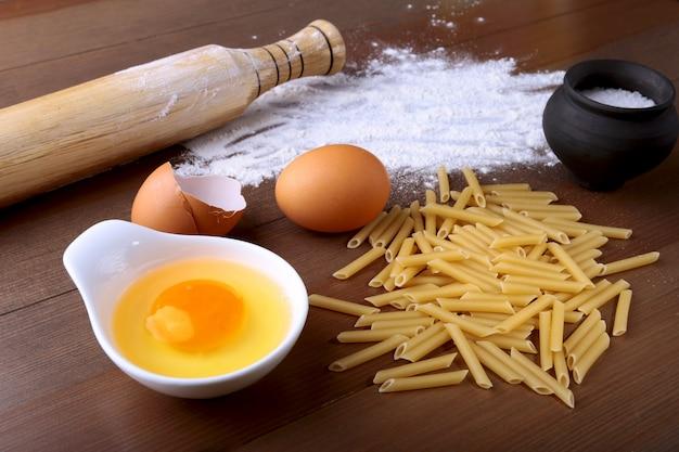 Oeuf, farine, sel, ingrédients pour pâtes penne bolognaise.