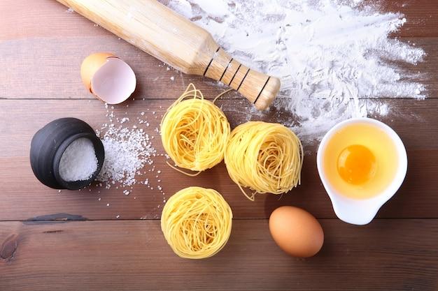 Oeuf, farine, sel, ingrédients pour spaghetti de pâtes.
