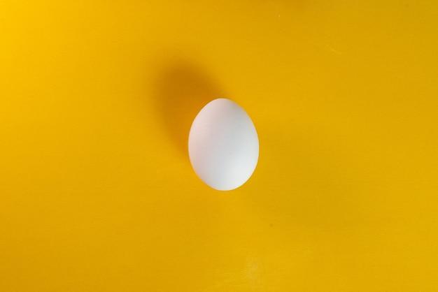 Oeuf sur fond jaune