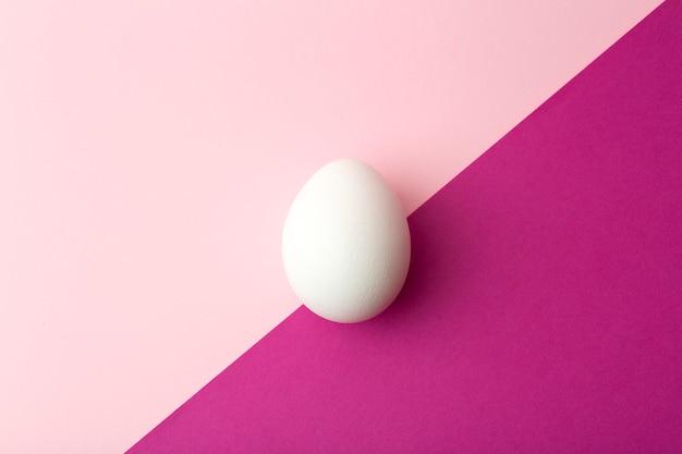 Oeuf sur un fond vide coloré. concept de nourriture minimale, cuisine créative.