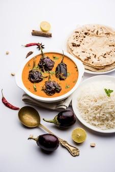 Oeuf frit au curry ou anda masala servi dans un bol