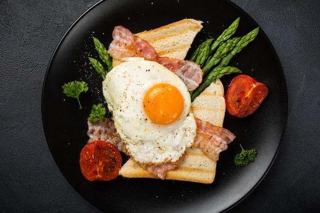 œuf frit avec pain grillé et asperges