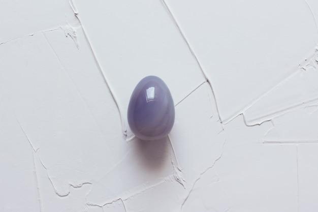 Œuf en marbre sur un plater texturé