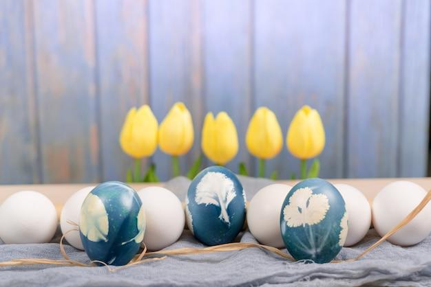 Oeuf de pâques bleu organique au milieu d'oeufs de couleur blanche attendent pour la peinture