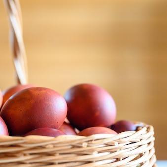 Oeuf de pâques écorces d'oignon peint dans un panier en bois en osier