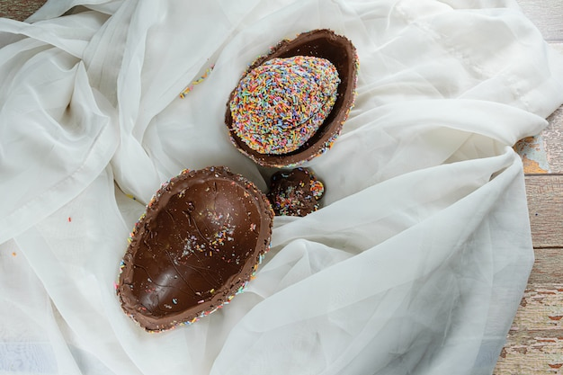 Œuf de pâques farci d'un autre œuf recouvert de pépites de chocolat colorées (œuf de pâques pinata).