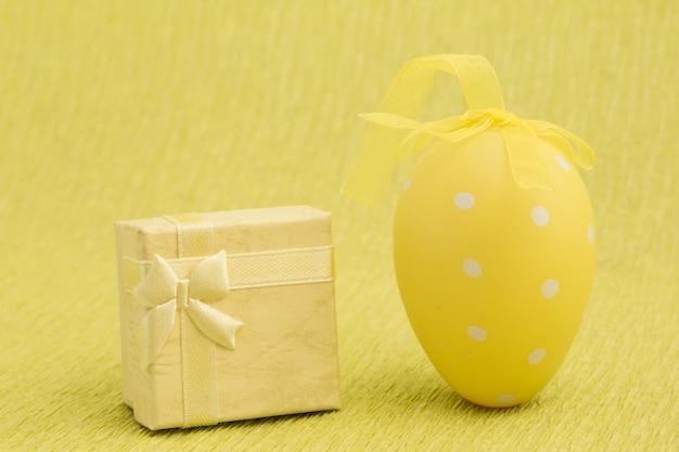 Oeuf de pâques jaune et présent