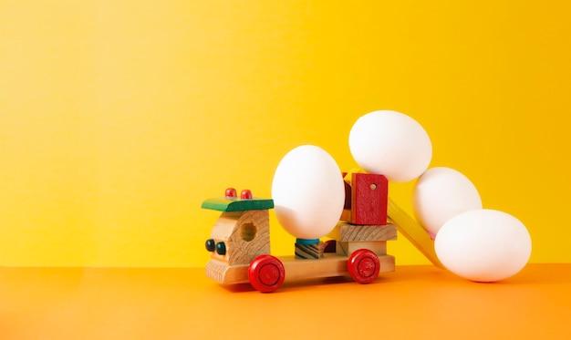 Oeuf de pâques sur jouet de voiture en bois