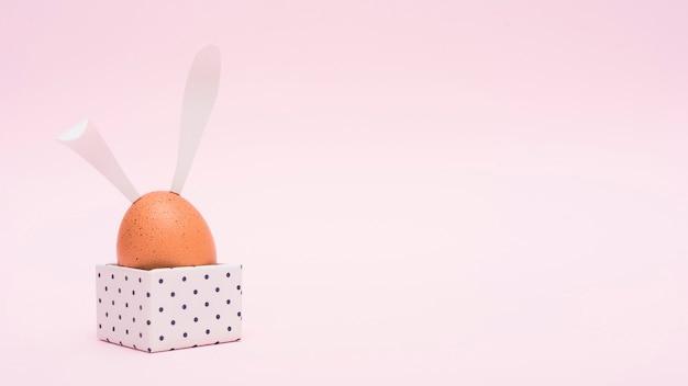 Oeuf de pâques avec oreilles de lapin en boîte