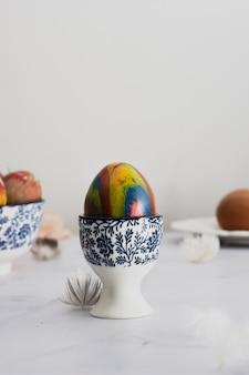 Oeuf de pâques peint joliment artisanal