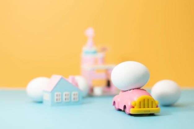 Oeuf de pâques sur petite voiture. couleur vintage tonique pour le concept de pâques