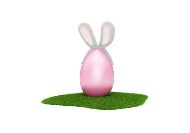 Oeuf de pâques rose avec des oreilles de lapin poilu sur l'herbe verte isolé sur blanc