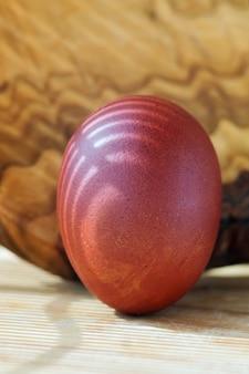 Oeuf de pâques teint multicolore avec des ombres oeuf de pâques brun sur une planche de bois libre
