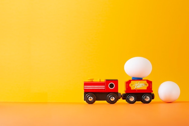 Oeuf de pâques sur train jouet en bois