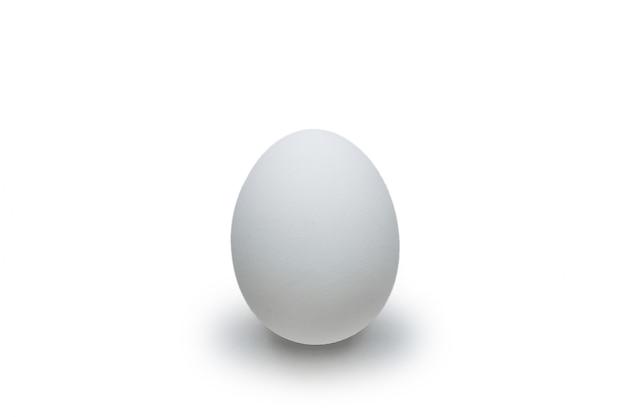 Œuf de poule blanc isolé sur fond blanc