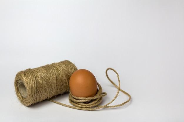 Oeuf de poule en fil décoratif sur blanc
